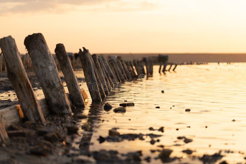 Sonnenuntergang auf dem Kuyalnik Liman odessa ukraine Alte Klotz sind vom wasser- die Überreste eines alten Piers sichtbar lizenzfreies stockfoto