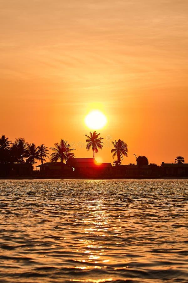 Sonnenuntergang auf dem Kwanza-Fluss lizenzfreies stockfoto