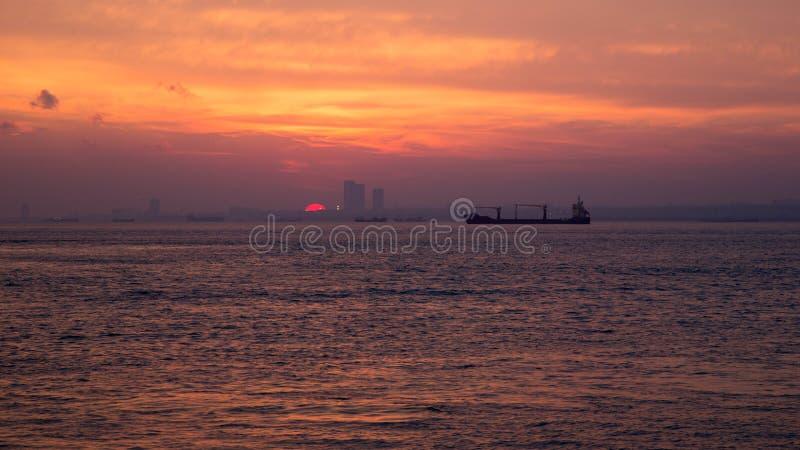 Sonnenuntergang auf dem Mittelmeer lizenzfreie stockfotos