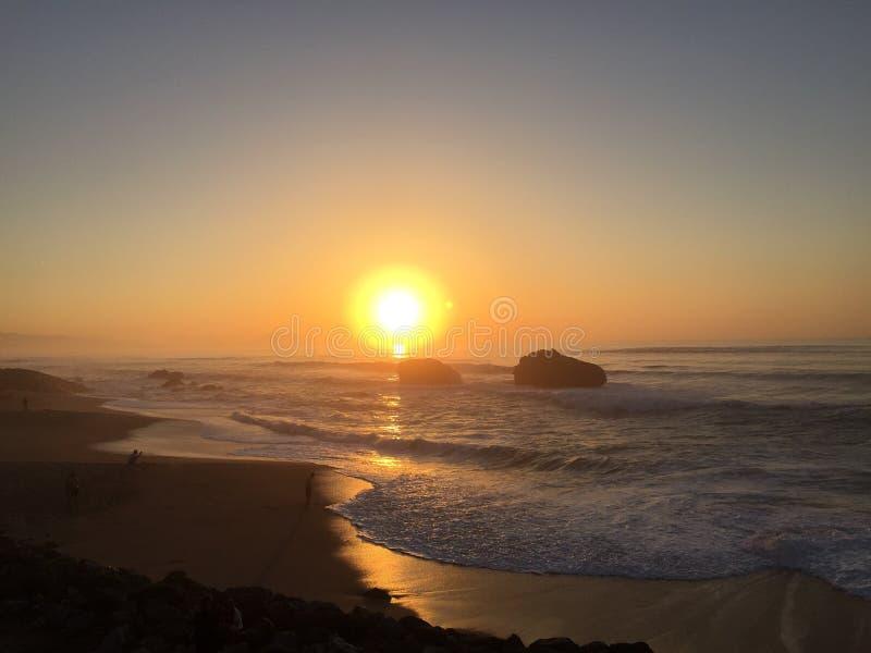 Sonnenuntergang auf dem Ozean im baskischen Land stockfotografie