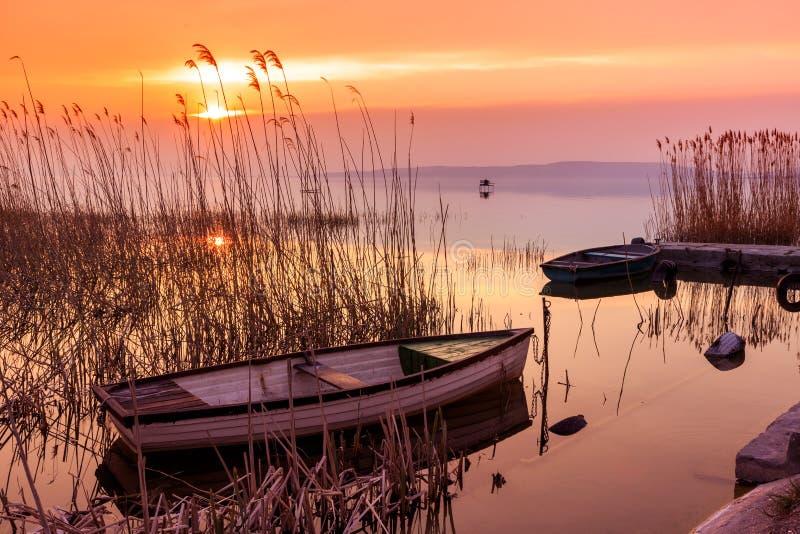 Sonnenuntergang auf dem Plattensee mit einem Boot lizenzfreies stockfoto