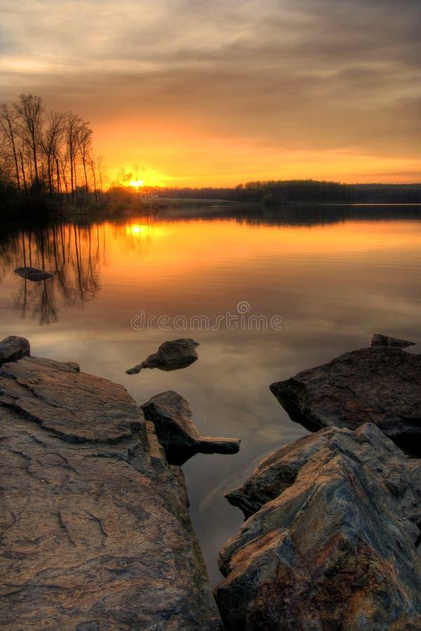 Sonnenuntergang auf dem See lizenzfreies stockfoto