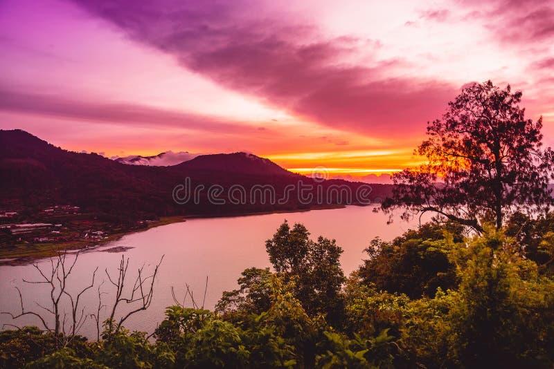 Sonnenuntergang auf dem See und den Bergen auf Bali stockbilder