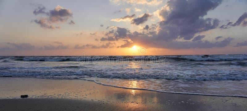 Sonnenuntergang auf dem Strand in Israel lizenzfreie stockbilder