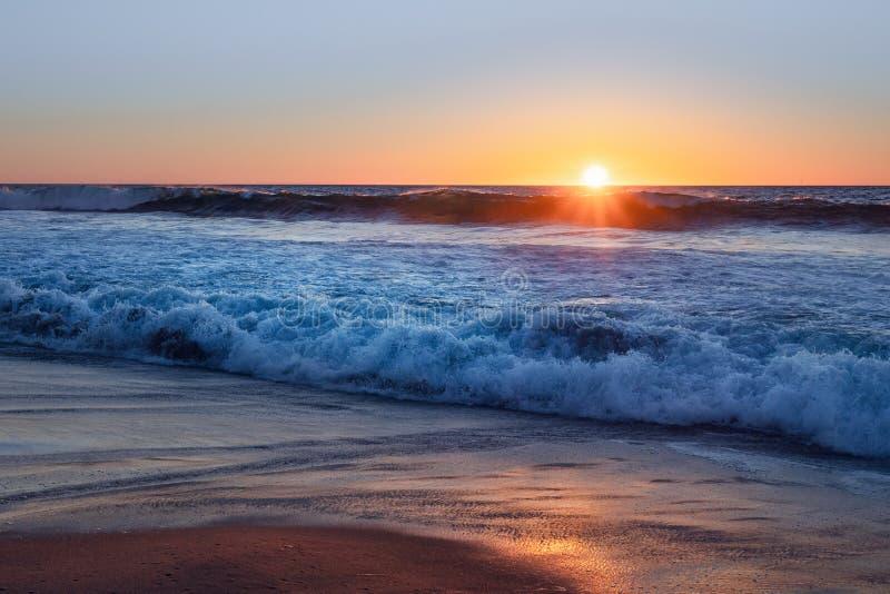 Sonnenuntergang auf dem Strand, Kalifornien lizenzfreies stockfoto