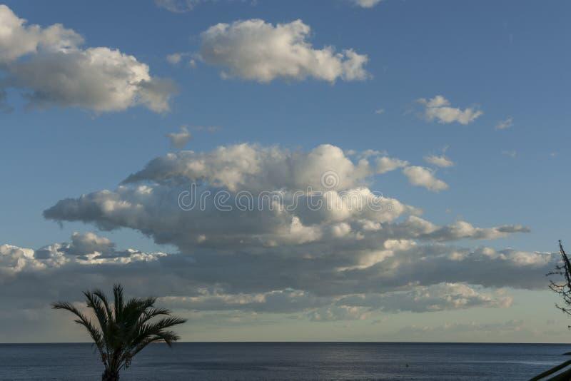 Sonnenuntergang auf dem Strand mit drastischem Himmel lizenzfreie stockfotos