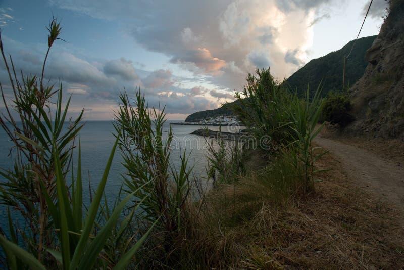 Sonnenuntergang auf dem Strand am Sao Miguel lizenzfreies stockfoto