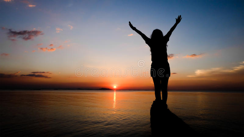 Sonnenuntergang auf dem Strand- und Frauenschattenbild lizenzfreies stockbild