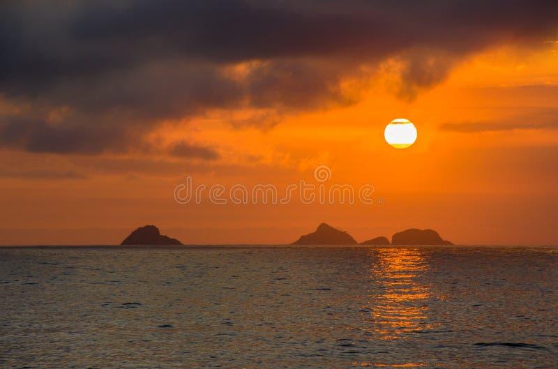 Sonnenuntergang auf dem Strand von Ipanema lizenzfreie stockfotos