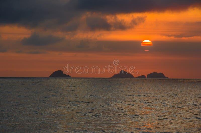 Sonnenuntergang auf dem Strand von Ipanema stockfotografie