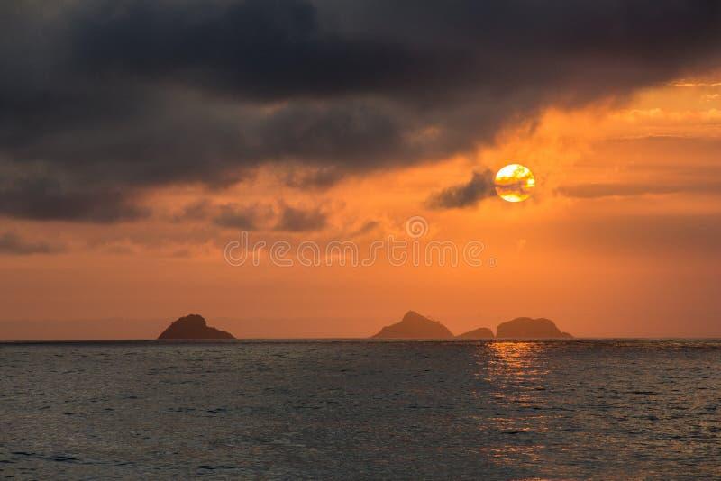 Sonnenuntergang auf dem Strand von Ipanema stockbild
