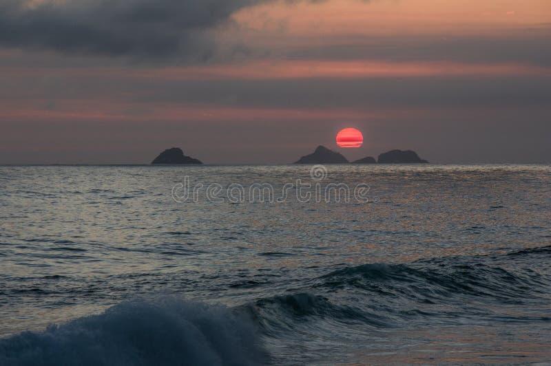 Sonnenuntergang auf dem Strand von Ipanema lizenzfreie stockbilder