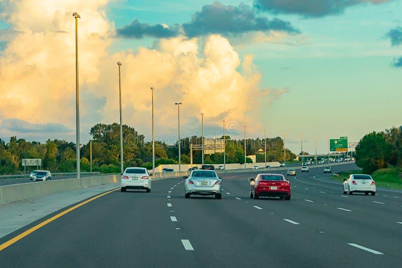 Sonnenuntergang auf dem Turnpike - Florida-/Atlanta-Autoreise lizenzfreie stockfotos