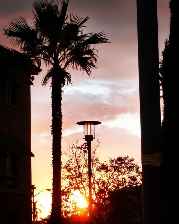 Sonnenuntergang auf dem Weghaus lizenzfreie stockfotografie