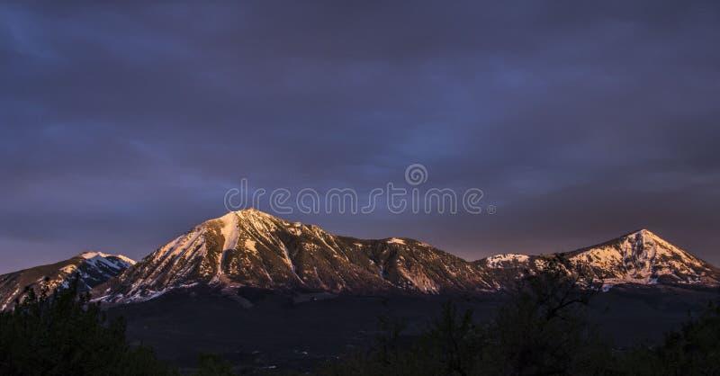 Sonnenuntergang auf den Bergen lizenzfreie stockfotos