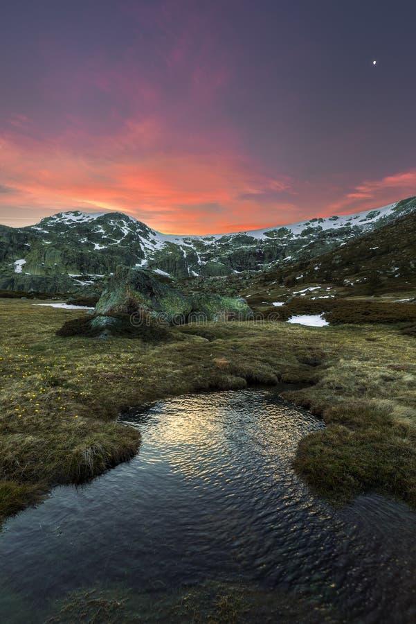 Sonnenuntergang auf den Bergen lizenzfreie stockbilder