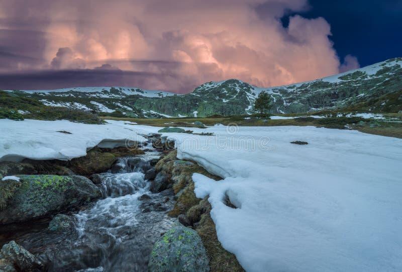 Sonnenuntergang auf den Bergen stockfoto