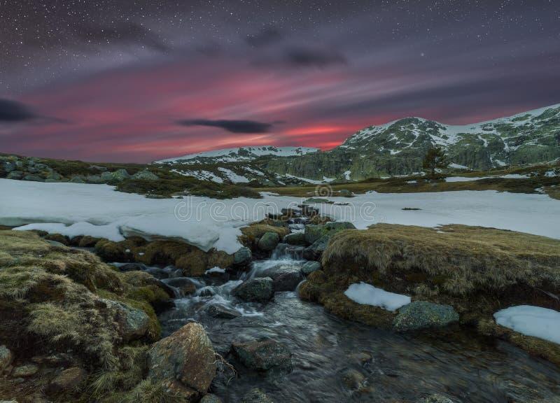 Sonnenuntergang auf den Bergen stockfotografie