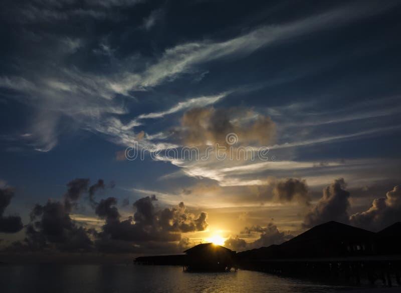 Sonnenuntergang auf den Malediven lizenzfreies stockfoto