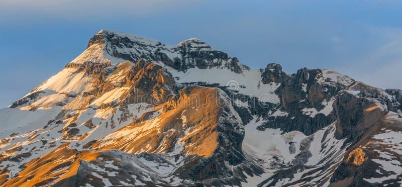 Sonnenuntergang auf den Spitzen lizenzfreie stockfotografie