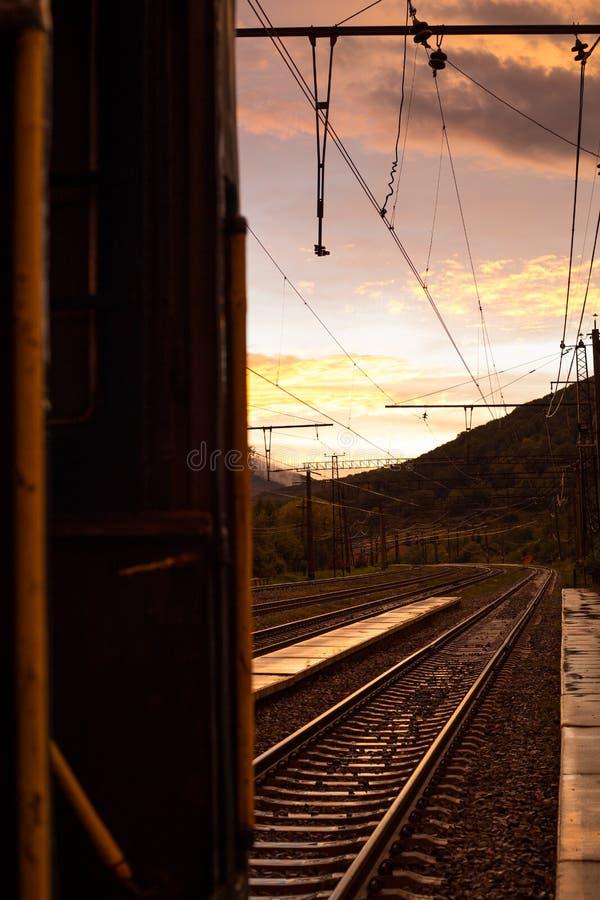 Sonnenuntergang auf der alten Eisenbahn in den Karpatenbergen lizenzfreie stockbilder