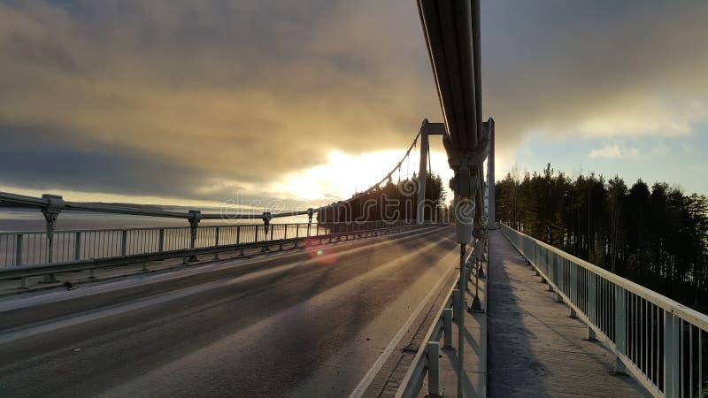 Sonnenuntergang auf der Brücke auf der Straße zum sysma Finnland lizenzfreie stockfotos