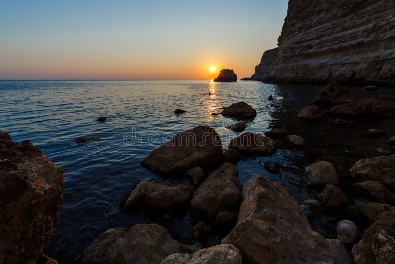 Sonnenuntergang auf der felsigen Küste lizenzfreie stockfotos
