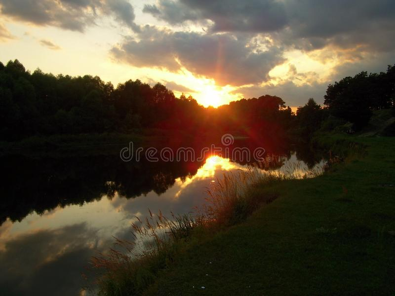 Sonnenuntergang auf der Flussbank lizenzfreie stockfotografie