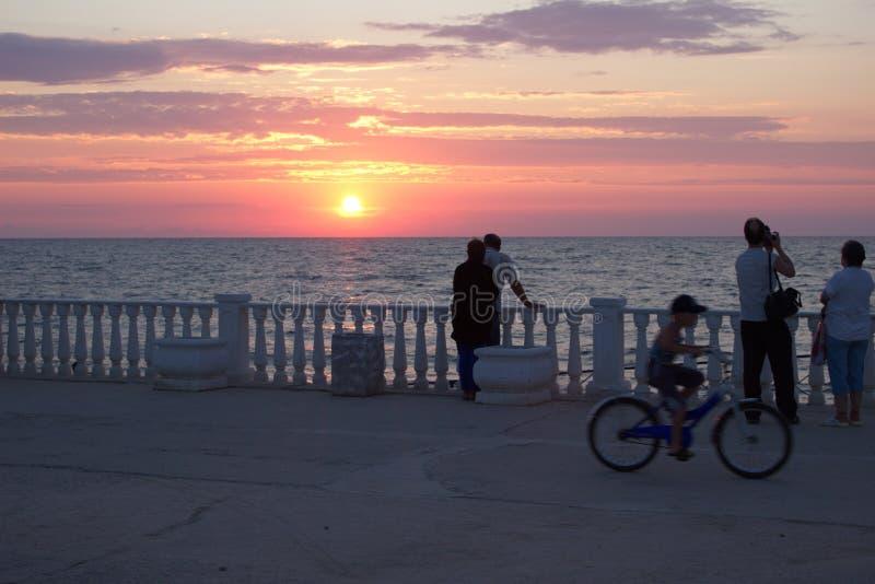 Sonnenuntergang auf der Küste stockbild