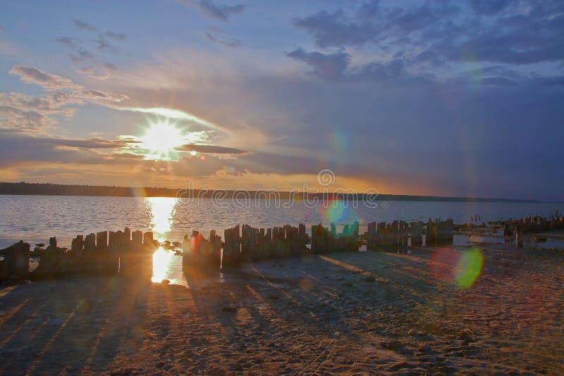 Sonnenuntergang auf der Mündung nannte Kuyalnik nach einem bewölkten Tag stockfotos