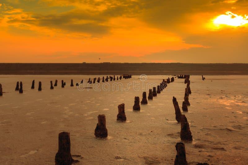 Sonnenuntergang auf der salzigen Mündung Kuyalnik stockfotos