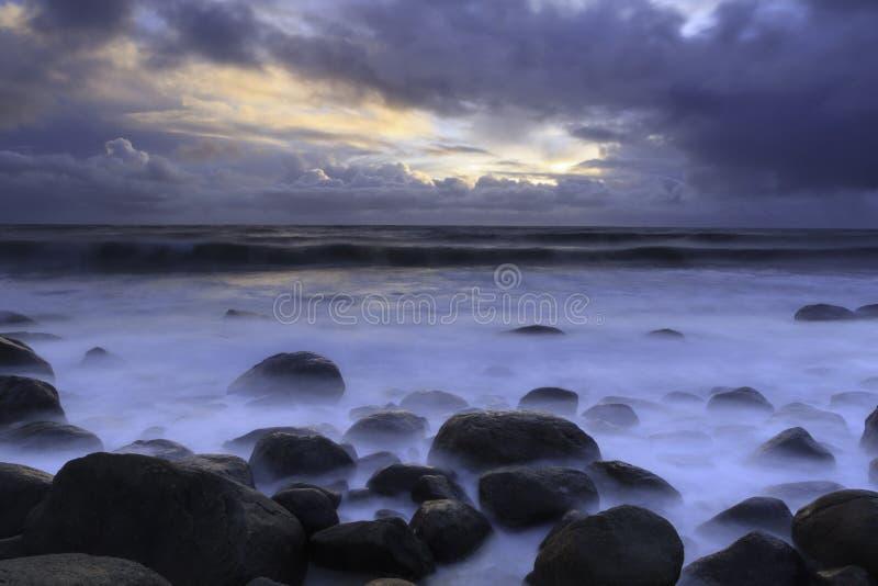 Sonnenuntergang auf der Seeküste lizenzfreie stockbilder