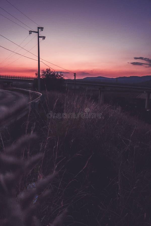 Sonnenuntergang auf der Straße! lizenzfreie stockfotos