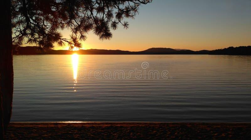 Sonnenuntergang auf einem Gebirgssee stockfotos