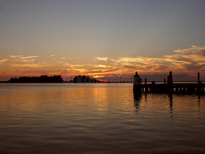 Sonnenuntergang auf einem Pier bei Crisfield, Maryland stockbild