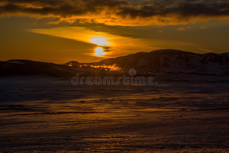 Sonnenuntergang auf einem Schwefelfeld lizenzfreies stockbild