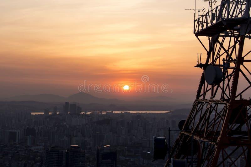 Sonnenuntergang auf einer Großstadt lizenzfreie stockbilder