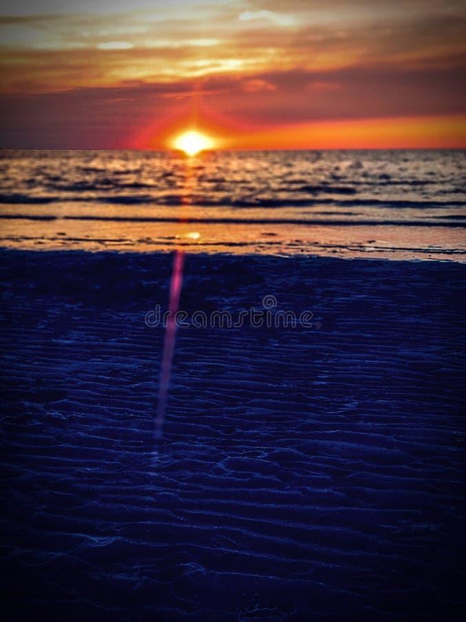 Sonnenuntergang auf einer Sandbank lizenzfreie stockfotografie