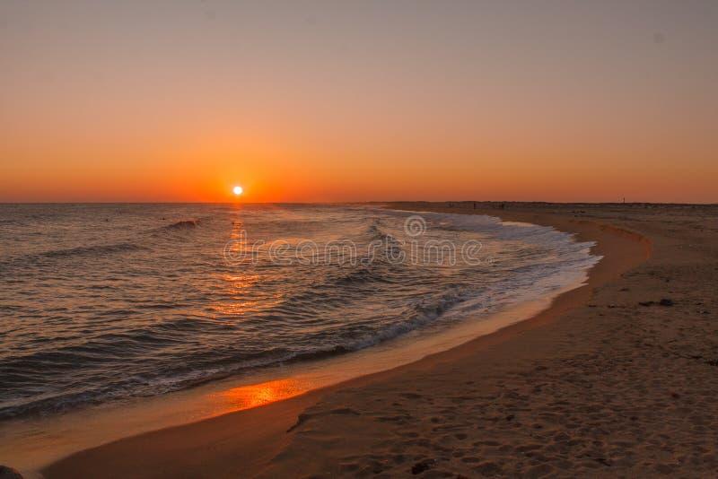 Sonnenuntergang auf exotischem Strand in der einsamen Insel stockfoto
