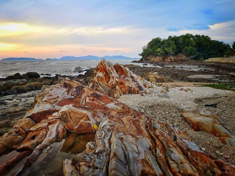 Sonnenuntergang auf Felsenstrand stockbild