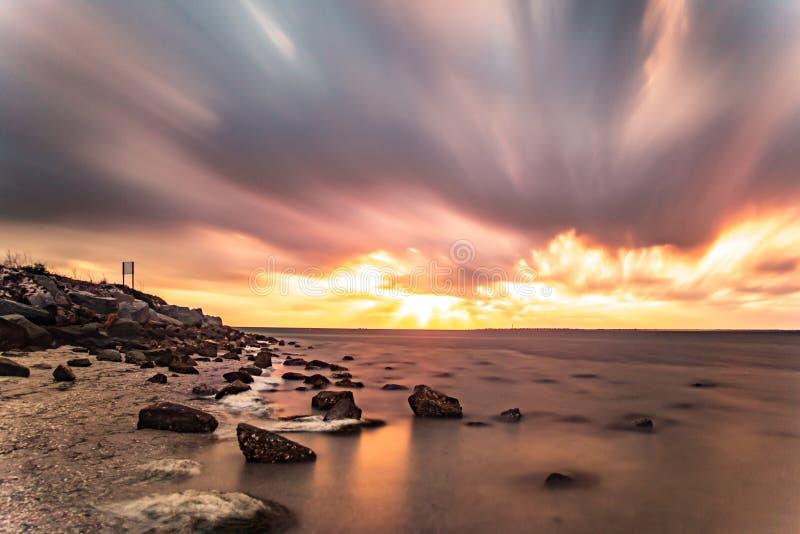 Download Sonnenuntergang auf Feuer stockbild. Bild von schön, sonnenuntergang - 96933599