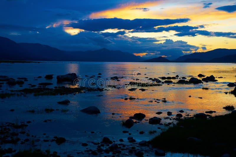 Sonnenuntergang auf Gebirgssee in Mongolei lizenzfreies stockfoto