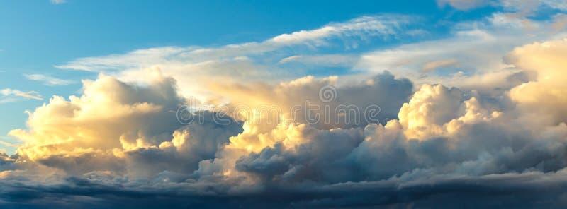 Sonnenuntergang auf Hintergrund des blauen Himmels stockbild