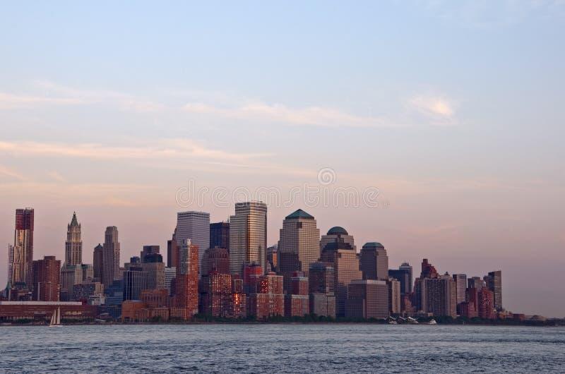 Sonnenuntergang auf im Stadtzentrum gelegenem Manhattan lizenzfreie stockfotografie