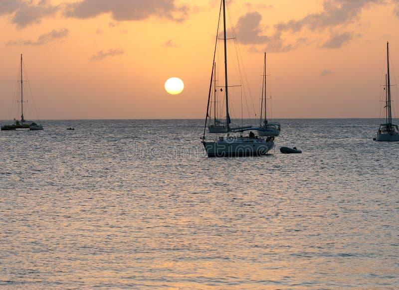 Sonnenuntergang auf karibischem Schacht lizenzfreies stockfoto