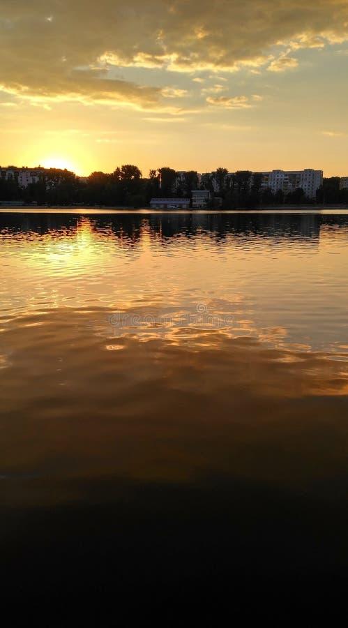 Download Sonnenuntergang auf lake_2 stockbild. Bild von abstand - 96927359