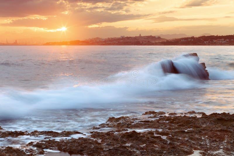 Sonnenuntergang auf Long Beach in Tarragona lizenzfreie stockbilder