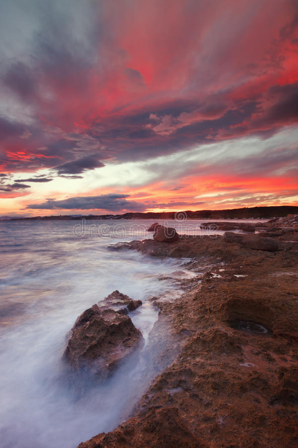 Sonnenuntergang auf Long Beach in Tarragona stockbilder