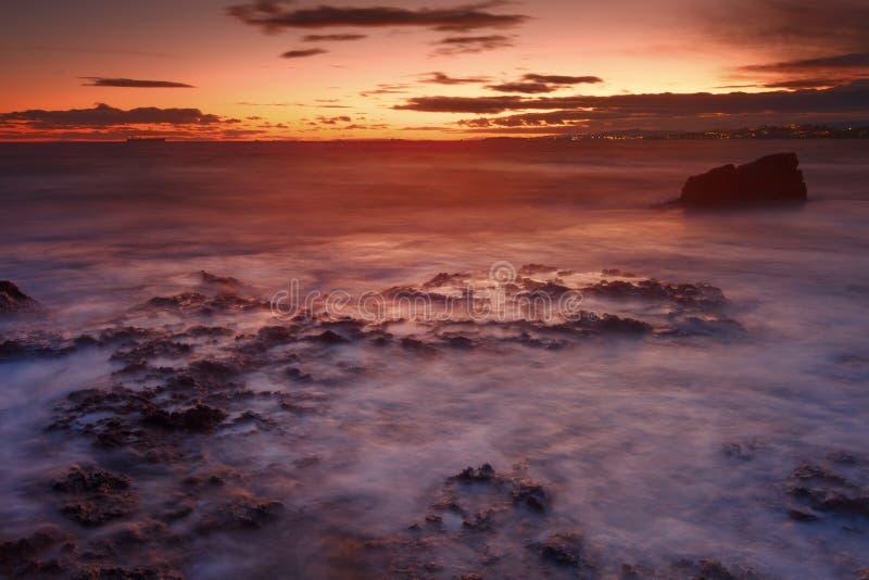 Sonnenuntergang auf Long Beach in Tarragona, Spanien lizenzfreie stockfotografie