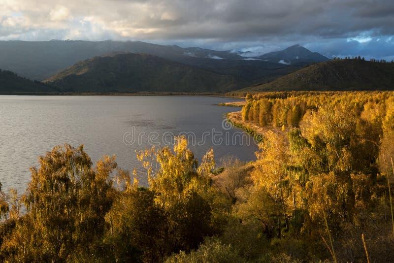 Sonnenuntergang auf Markakol See, Kasachstan lizenzfreie stockfotografie